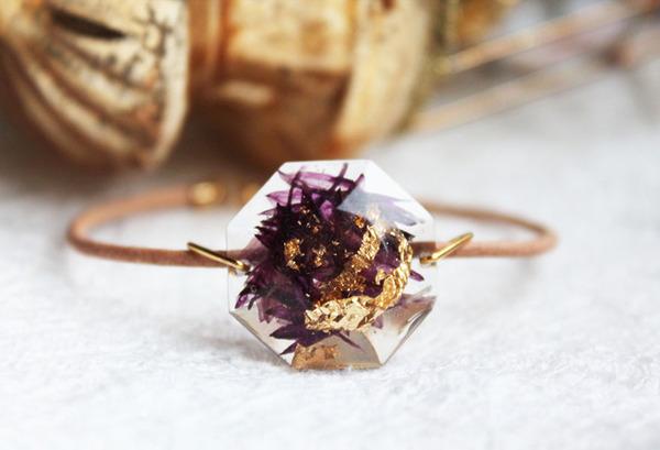 透明な樹脂の中に花や金箔を散りばめたレジンアクセサリー (5)