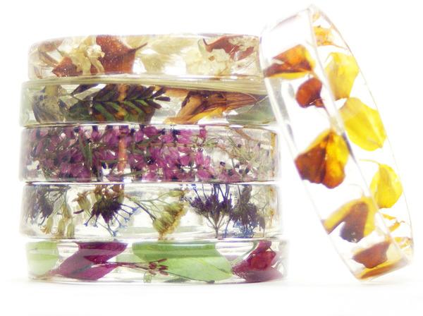 透明な樹脂に花や植物を詰め込んだハンドメイドアクセサリー_ (2)