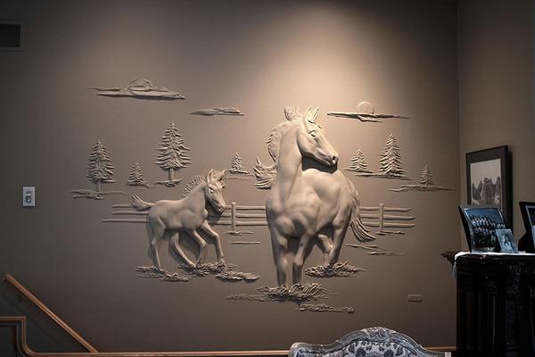 石膏職人の技!乾式壁に描く立体的な石膏彫刻 (4)