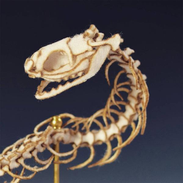 ウールやシルクから作られた骨格標本アート (9)