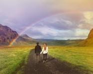 伝統的な結婚式を挙げずにアイスランドを旅することにしたカップル