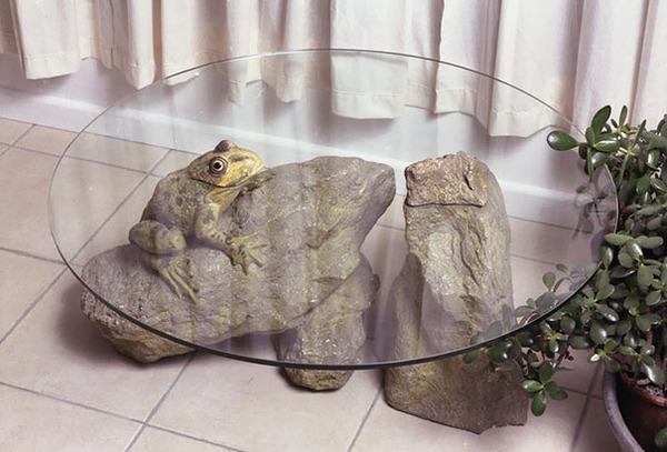 動物が水面にプカッと浮いてくるようなガラス製テーブル (3)