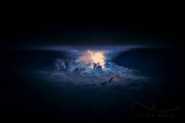 コックピットから撮影された壮大な空の写真 (14)