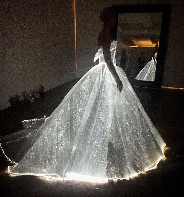 注目されること間違いなし!暗闇で光り輝く美しいドレス (1)
