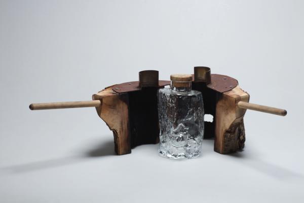 木の幹を鋳型にしたウイスキーボトル (1)
