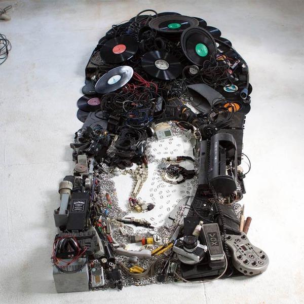 音楽機材や電子機械を積み上げて有名人の肖像画を描く! (2)