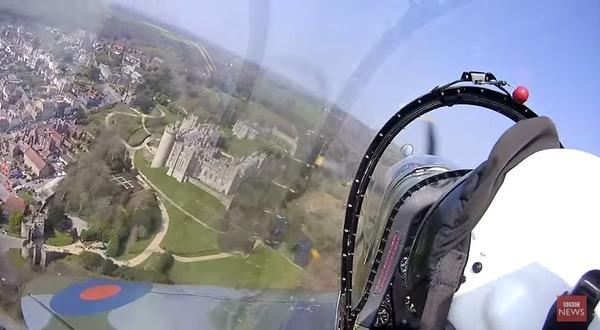 空を駆け抜ける戦闘機!