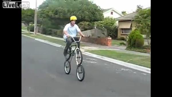 ペダルを反対に漕ぐ自転車