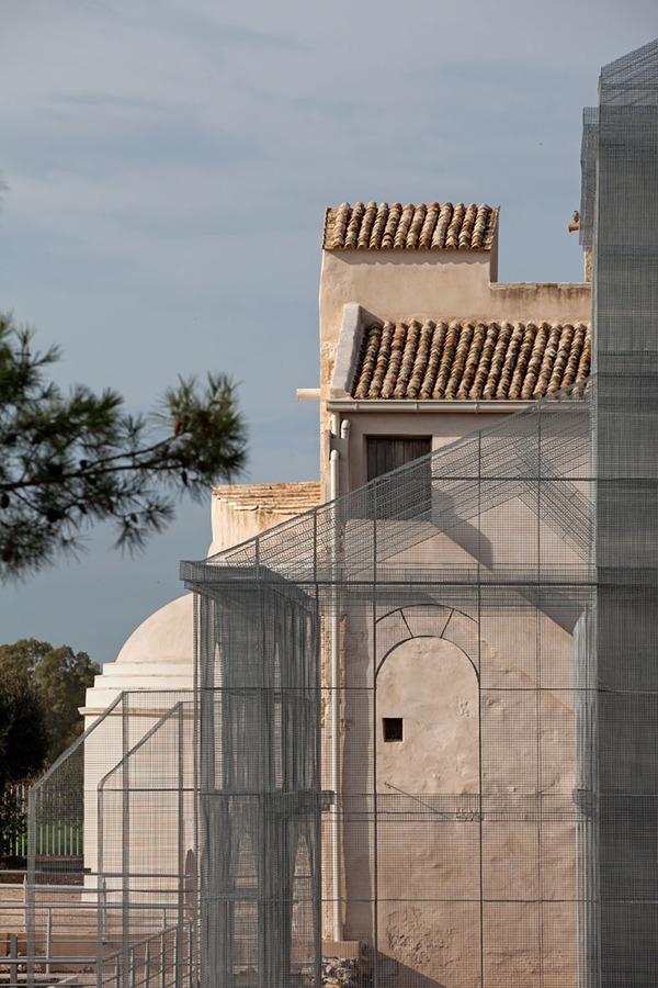透け透けな教会現る!ワイヤーメッシュ製の建築デザイン (5)