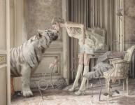 夢や幻覚を観るようなシュールな世界観。コラージュ写真