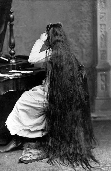 昔の人は髪の毛が超長い!ビクトリア朝の女性の白黒写真 (17)