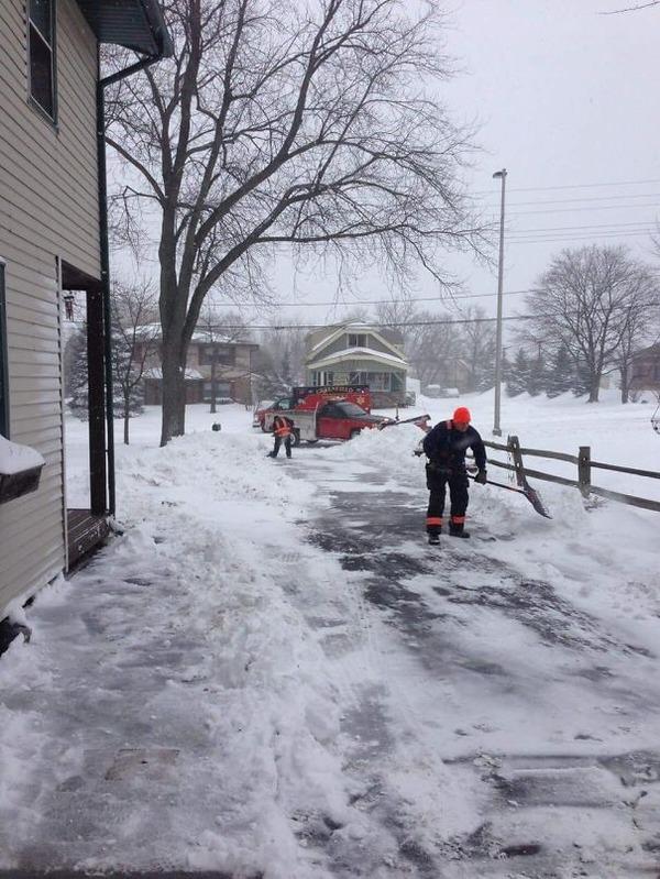 #14 老人のために雪かきをする
