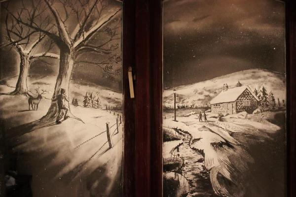 クリスマスシーズン!スノースプレーで窓に描く雪景色のアート (5)