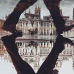 鏡のような水たまりに反射する街の風景写真