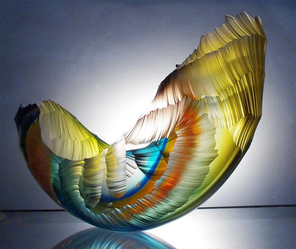 虹カラフル!波の美しさと力強さを表現したガラス彫刻 (1)