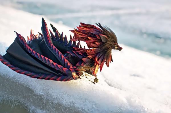 木の葉と一体となった小さなドラゴンの彫刻 15