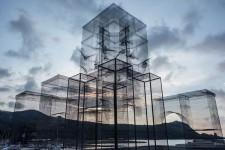 透過して風景が見える!金網で作られた建造物のような壮大な彫刻