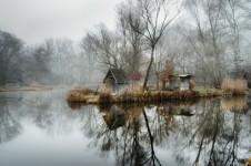 ミステリアス!湖に反射するブダペストの棄てられた漁村