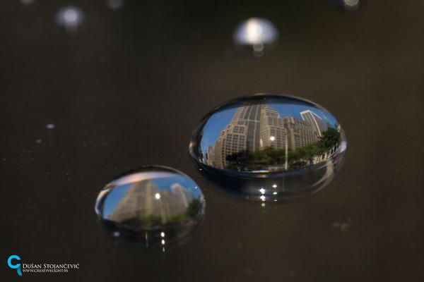 不思議な球体。水滴と水滴の中に映る街の景色 (12)