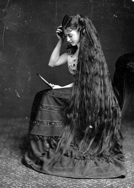 昔の人は髪の毛が超長い!ビクトリア朝の女性の白黒写真 (16)