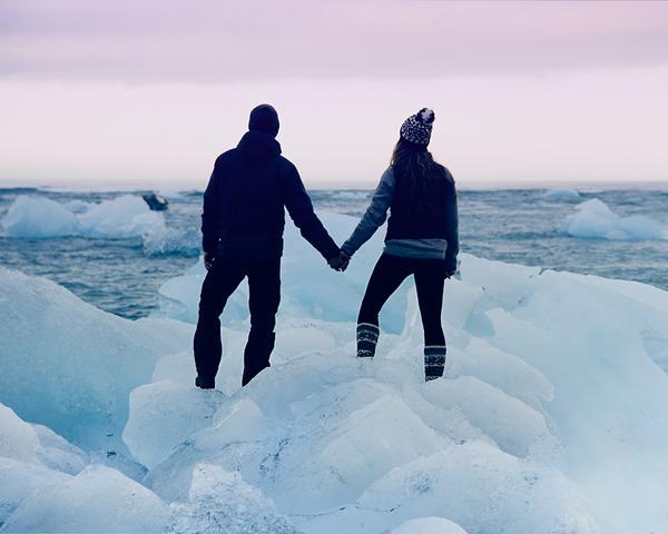 伝統的な結婚式を挙げずにアイスランドを旅したカップル (9)