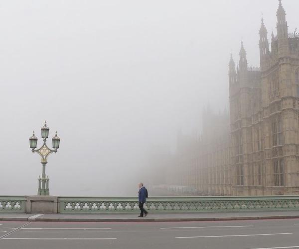 霧のロンドン。霧に覆われた幻想的なロンドンの街の写真 (7)