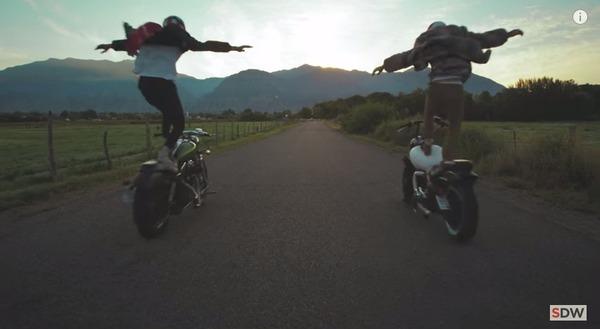 走行中のバイクの上に乗る 3