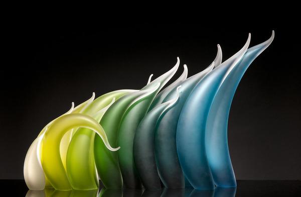 ニュルもしくはニョロっとした波打つ半透明性のガラス彫刻 (1)
