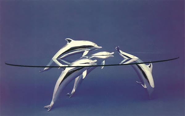 動物が水面にプカッと浮いてくるようなガラス製テーブル (8)