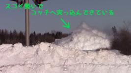 もはや漫画。超豪快に雪を掻き分けてコッチへ突っ込んでくる電車
