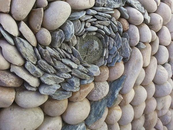 ぐるぐる!渦巻いた塀やレンガの石工彫刻 (3)