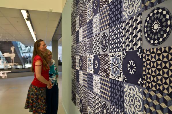 紙のカーペット!丸めて切った紙で繊細な模様を作るアート (10)