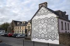 完璧なまでにシンメトリーなレース模様のストリートアート