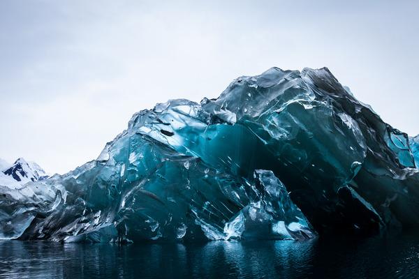 ひっくり返っちゃった!裏返しになった南極の氷山が青くて綺麗 (5)
