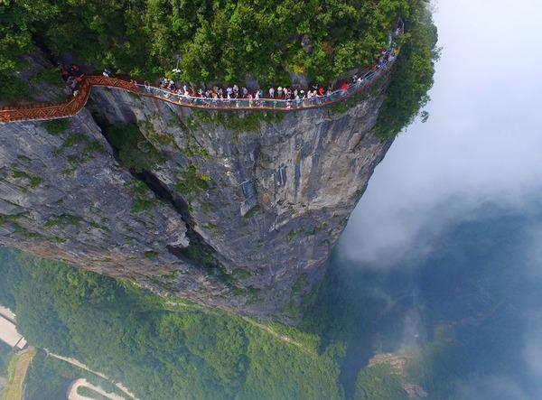 中国の天門山!もはやホラー…。恐怖と絶景を同時に楽しめる橋 (9)