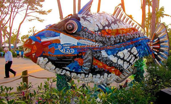 海岸で拾ったゴミで作られた海洋生物の巨大な彫刻 (10)