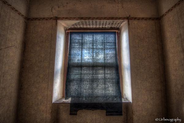 廃墟の部屋の窓から覗く風景 13