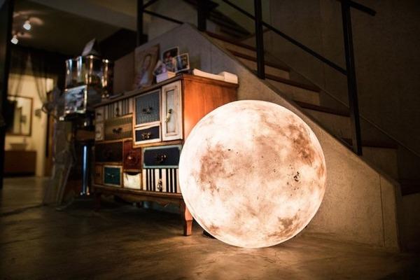 神秘的!月の形をしたお洒落で美しいランプ『Luna』 (1)