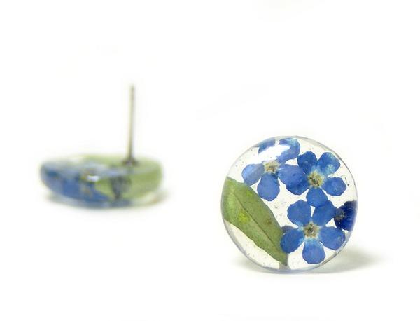 透明な樹脂に花や植物を詰め込んだハンドメイドアクセサリー (2)
