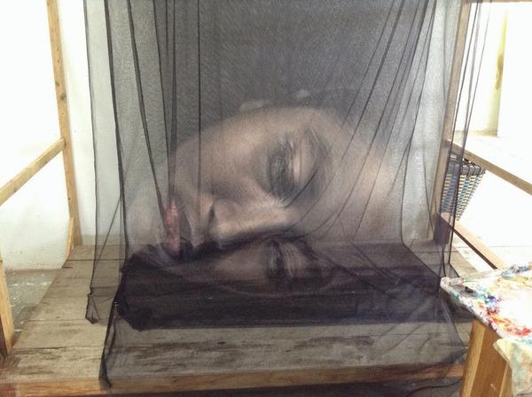 幽霊のように浮かぶ!薄手の生地に描かれた肖像画 (8)