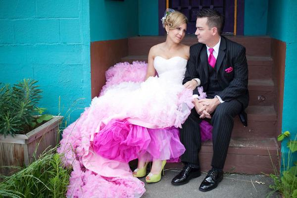 鮮やかなカラーが美しい。色が付いたウェディングドレス (1)