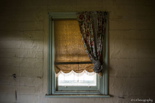 廃墟の部屋の窓から覗く風景 5