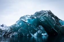 ひっくり返った!裏返しになった南極の氷山が青くて綺麗
