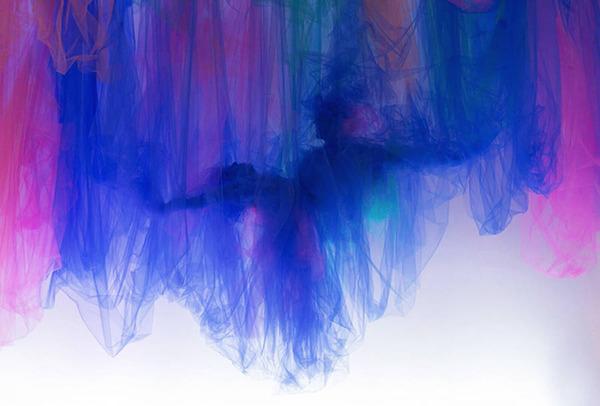 薄手の布で形作られる男女の肖像画やダンサーの動き (9)