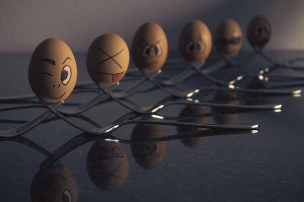 タマゴの気持ち?卵の殻に人間みたいな顔の表情を描いた写真 (7)