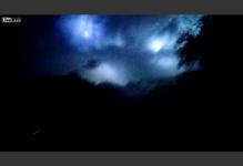 雷が空を支配する。神々しく雷が光る神秘的な動画