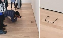 奥が深すぎるアートの世界。誰かが置いた眼鏡を展示物と勘違い!