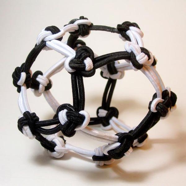 規則的!事務用品などの小物で作られた幾何学的な彫刻 (8)