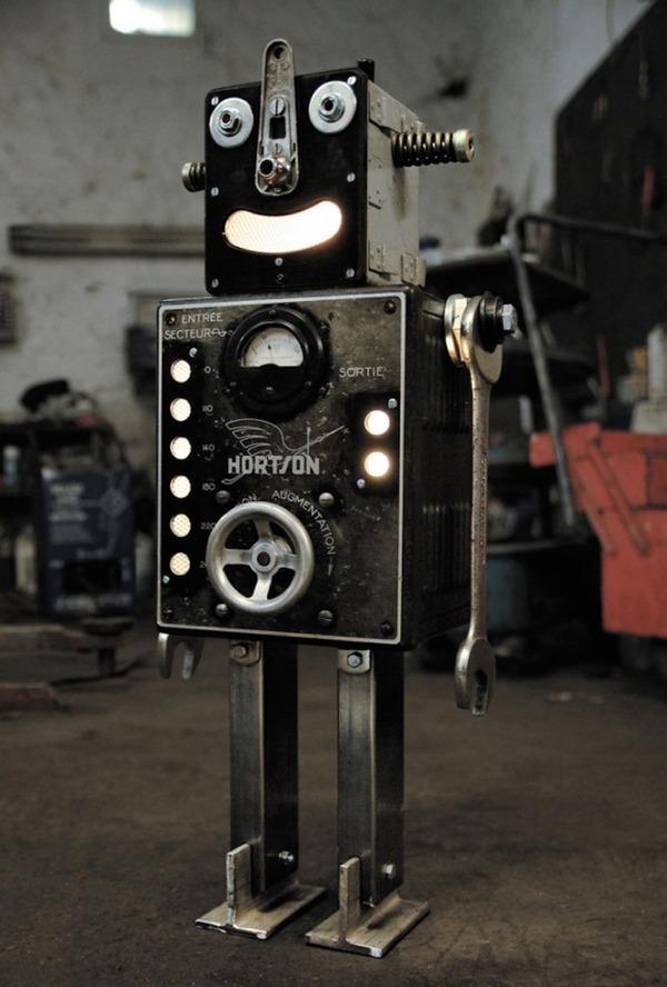 イルミネーションが光るレトロなロボット彫刻 7