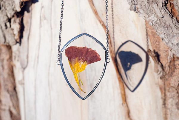 花びらや葉っぱなどの自然が閉じ込められたガラスのネックレス (6)